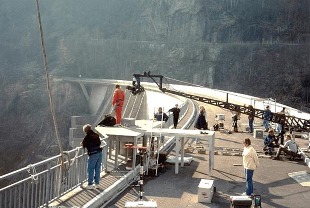 Autogru sul set di James Bond alla diga della Verzasca